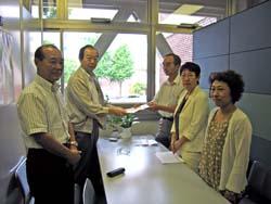要望書を受け取る(左から)中島、大貫議員