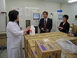 透析液について説明を受ける関議員(右側)と河治議員(中央)