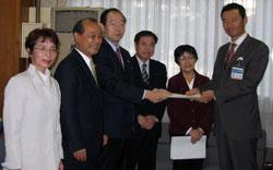 予算要望書を手渡す横浜市議団。左から白井、中島、大貫、河治、関市議。右は中田市長