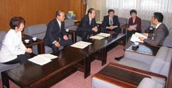 予算要望について中田市長と懇談する日本共産党横浜市議団
