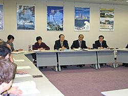 報告する(左から)白井、関、大貫、中島、河治議員