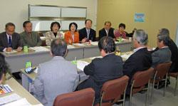 医師会の役員の方々(手前)と懇談する(左から)岩崎、大森、藤井、はたの、大貫、中島、関氏