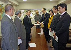 塚原経済観光局長に要望書を渡す、(右から3番目)はたの氏、大貫団長、中島踏む団長
