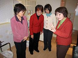 保育園のトイレを視察する関議員(左)と名古屋市議団のみなさん