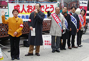 左から、白井正子、大貫憲夫、中島文雄市議、右端ははたの君枝元参院議員