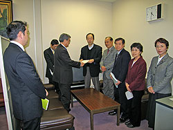 森理事(左から3人目)に申し入れ書を渡す(右から)白井、関、河治、中島、大貫議員