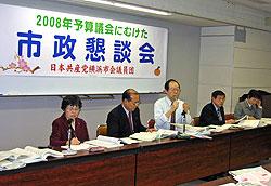 質問に答える(左から)関美恵子、中島文雄、大貫憲夫、河治民夫、白井正子議員