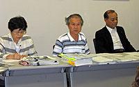 資料を使って説明する市議団調査チームの足立信昭スタッフ