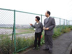 学校建設予定地を調査する白井正子議員(左)と大貫憲夫議員