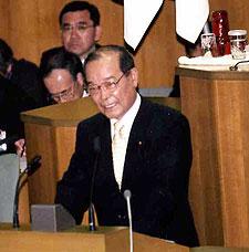 厳しい表情で中田市長に質問する中島文雄議員