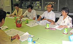 横浜学童保育連絡協議会の方々と懇談する(左から)白井正子、河治民夫、中島文雄、関美恵子の各市会議員議