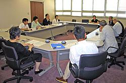 保横浜市精神障害者家族会連合会のみなさんと懇談する(左2人目から)河治、関、大貫、白井各市議