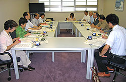 保険医協会横浜市部のみなさん(右側)と懇談する(左から)白井、関、大貫、中島、河治各市議
