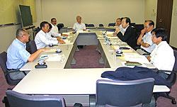 建設業界の現状を語る建設業協会役員の方々(左側)と日本共産党市議団(右側)