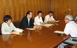 佐々木副市長(右)と懇談する(左から)関、大貫、白井、河治各市議