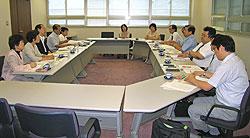 民医連の方々(右側)と懇談する(左から)関美恵子、白井正子、大貫憲夫、中島文雄、河治民夫の各市議