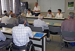横浜市身体障害者団体連合会のみなさんと懇談する(左から)関、中島、河治、白井各市議
