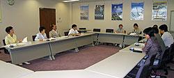 私立保育園園長会の方々と懇談する(左から)白井正子、関美恵子、中島文雄、河治民夫各市議