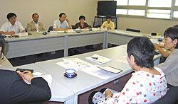 横浜保育室の方々(手前)と懇談する(左から)河治、中島、大貫、関、白井の各議員