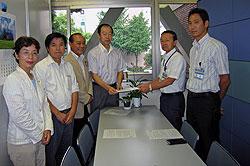申し入れ書を渡す(左から)白井、河治、中島、大貫市議と、荻島副局長、森課長