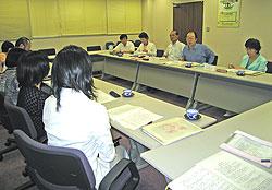 横浜市心身障児者を守る会連盟の方々と懇談する(右から)関、大貫、中島、白井、河治議員
