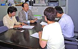 神奈川労働局労働基準部の高橋正美賃金課長(右)と対談する(左から)白井議員、大貫議員