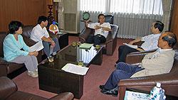 阿部副市長(中央)と対談する(左から)関、河治、(1人おいて)大貫、中島議員