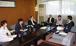 要望書を手渡した後、中田市長(右)と懇談する(左から)白井、河治、大貫、中島、関議員