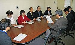 上野健康福祉局長らと懇談する(左2人目から)白井、関、中島、大貫、河治議員