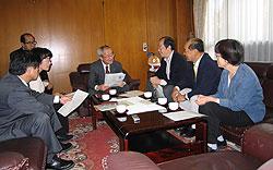 写真:佐々木副市長(中央)と懇談する(左から)河治、白井、(ひとりおいて)大貫、中島、関議員