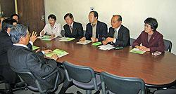 健康福祉局長ら(左)に申し入れをする(左から)白井、河治、大貫、中島、関議員
