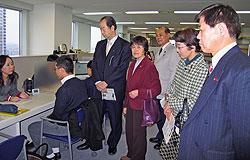 相談の様子を見学する日本共産党市議団