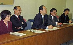 記者会見にのぞむ(左から)関美恵子、中島文雄、大貫憲夫、河治民夫、白井正子の各議員