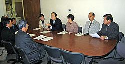 上野健康福祉局長らと懇談する(正面左から)白井正子、大貫憲夫、関美恵子、中島文雄、河治民夫の各議員