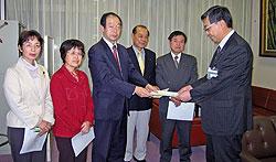 要望書を野村秘書部長(右)に手渡す(左から)白井正子、関美恵子、大貫憲夫、中島文雄、河治民雄議員