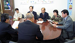 屋代こども青少年局長(左背中)と懇談する(左から)白井、大貫、中島、関、河治議員
