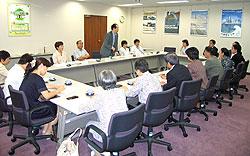 私立保育園園長会の方々と懇談する(正面左から)白井正子、中島文雄、大貫憲夫、関美恵子、河治民夫の各市会議員
