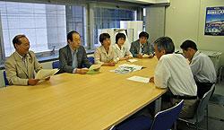 。(左から)対談する中島文雄、大貫憲夫、白井正子、関美恵子、河治民夫議員と(右から2人目)川口良一開港150周年・創造都市事業本部長