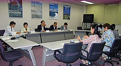 (左から)白井正子、関美恵子、大貫憲夫、中島文雄、河治民夫の各市議と、横浜保育室の皆さん