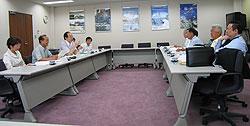 横浜建設業協会の役員のみなさん(右側)と懇談する日本共産党市議団(左側)