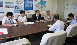 港湾局長(手前)と懇談する(左から)河治民夫、白井正子、大貫憲夫、中島文雄の各市議