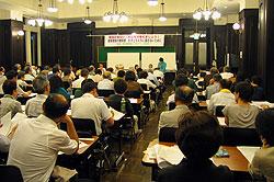 発言する白井正子議員。会場は160人余りの人々であふれました