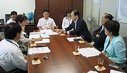 申し入れ後教育次長と懇談する(左から)河治民夫、白井正子、(2人おいて)大貫憲夫、中島文雄、関美恵子の各市議