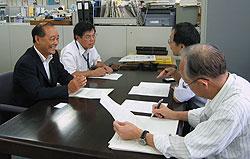 (左から)中島文雄、河治民夫各市議、高橋労働基準部賃金課長