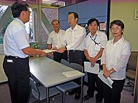 秘書部長(左)に申し入れ書を手渡す(左から)中島文雄、大貫憲夫、河治民夫、白井正子の各市議