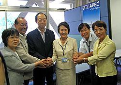 林文子新市長(右から3人目)と握手する(左から)関美恵子、中島文雄、大貫憲夫、(1人おいて)河治民夫、白井正子の各市議