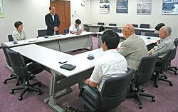 市精連の役員のみなさん(手前)にあいさつする中島文雄副団長。左は白井正子議員、右は河治民夫議員