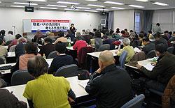 敬老パスの負担増を考える市民の集いで発言する関美恵子議員