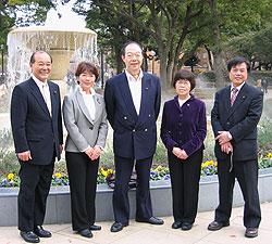 横浜公園にて、左から中島文雄、白井正子、大貫憲夫、関美恵子、河治民夫の各横浜市議