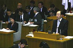 林市長(左)に対して質問する大貫憲夫議員(右)
